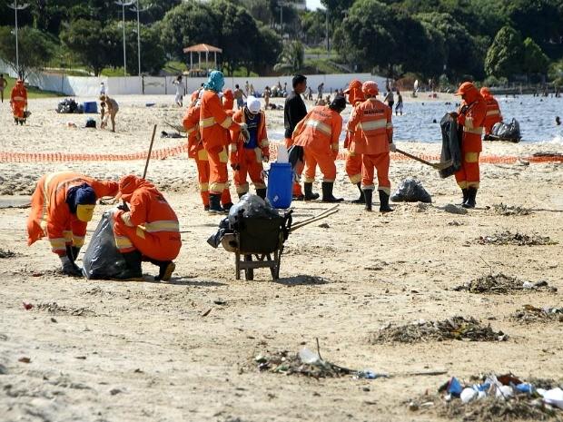 Semulsp afirma que sujeira pós-final de semana é comum na praia (Foto: Altemar Alcantara / Semcom)