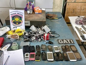 Vinte celulares foram apreendidos no presídio de Pesqueira (Foto: Divulgação/Seres)