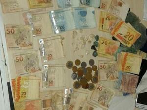 Drogas apreendidas e R$2,4 mil em dinheiro. (Foto: Polícia Civil)