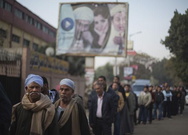 Egípcios fazem fila para votar no segundo dia de referendo sobre a Constituição do país  (Foto: Khalil Hamra/AP)