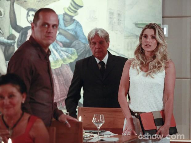 Heloísa vê LC no restaurante, mas não reconhece o ex (Foto: Ellen Soares/TV Globo)