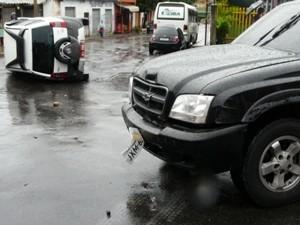 Táxi capotou após colidir com picape S-10 (Foto: Carlos Eduardo Matos/G1 AM)