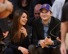 Ashton Kutcher e Mila Kunis assistem a jogo de basquete em Los Angeles (Foto: Getty Images)