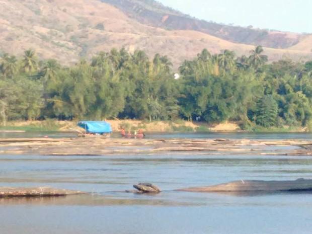 Bombeiros deram início ao processo de retirada do avião do fundo do rio na tarde desta quinta-feira (Foto: Diego Souza/G1)