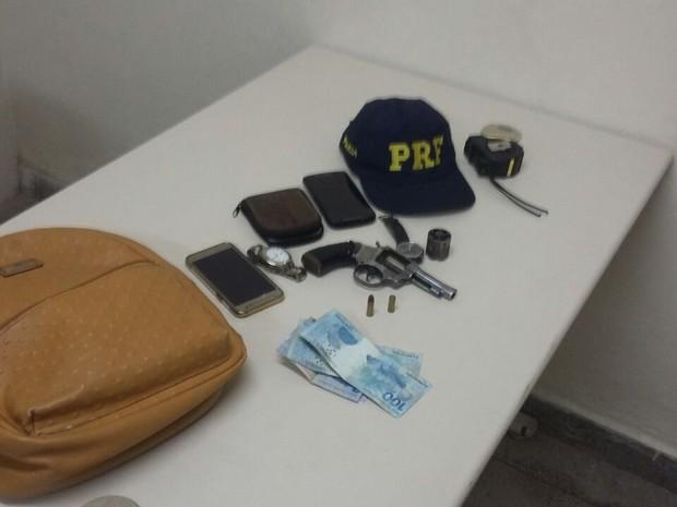 Polícia encontrou objetos roubados com os adolescentes (Foto: Divulgação/Polícia Rodoviária Federal)