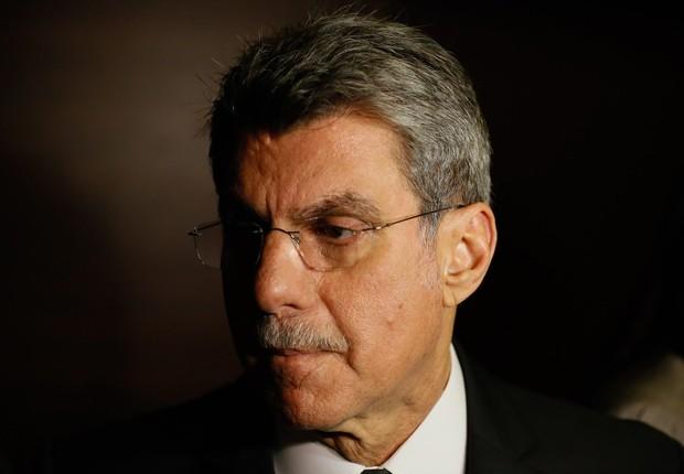 O senador Romero Jucá conversa com jornalistas (Foto: Pablo Jacob/Agência O Globo)