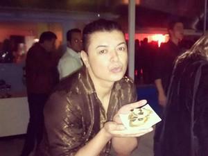 David Brazil prova pizza em formato de coração na festa de Marina Ruy Barbosa e Luma Costa (Foto: reprodução/instagram)