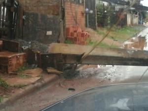 Um poste foi arrancado pela força do vento (Foto: Marcos Mello/Plantão TB)