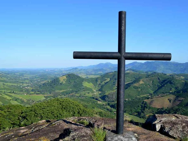Outro atrativo natural, Pedra da Cruz, está localizada na parte mais alta do Bairro do Pântano, em Andradas (MG). (Foto: Portal da Cidade de Andradas/ Viver Viagens e Turismo)
