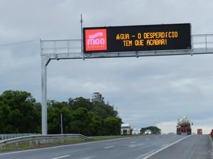 Campanha de uso racional da água 'acompanha' motoristas na BR-050 em Uberlândia (Foto: Caroline Aleixo/G1)
