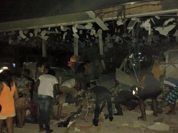 Moradores entraram em prédio para pegar notas que sobraram (Foto: Divulgação)