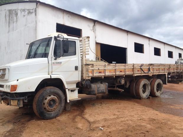 Caminhão estava atolado na lama, o que dificultou ser içado. (Foto: Júnior Freitas)