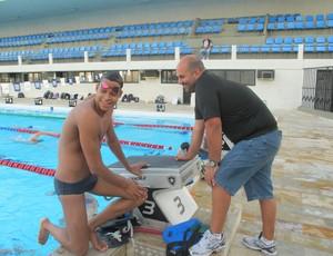 Matheus Santana, nadador juvenil do Botafogo, e o técnico Rodrigo Roque (Foto: Lydia Gismondi)