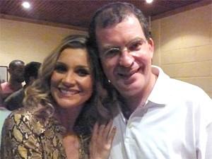 Flávia Alessandra posa para foto ao lado de Marcos Schechtman (Foto: Salve Jorge/TV Globo)