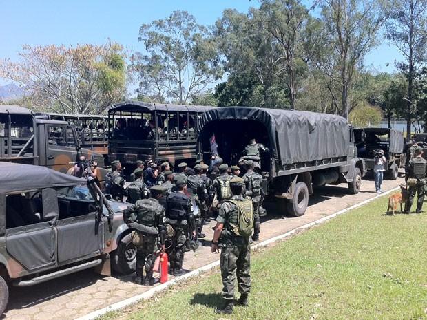Militares entram nos carros para seguir em direção as comunidades (Foto: Foto: Janaina Carvalho/G1)