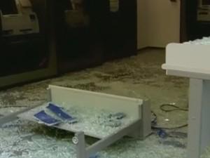 Parte da frente de uma das agências bancárias ficou destruída (Foto: Reprodução/EPTV)