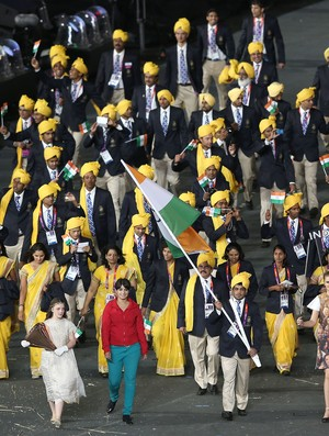 De vermelho, mulher desconhecida destoou dos integrantes da delegação indiana (Foto: Getty Images)