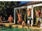 De biquíni, Alessandra Ambrósio se diverte com a família em piscina