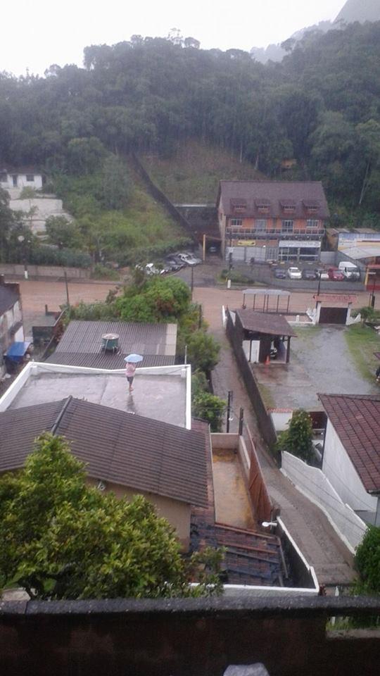 Rua Olavo Bilac, no bairro Castelânia, ficou inundada em poucos minutos de chuva (Foto: Luciana Tesch / Arquivo pessoal)