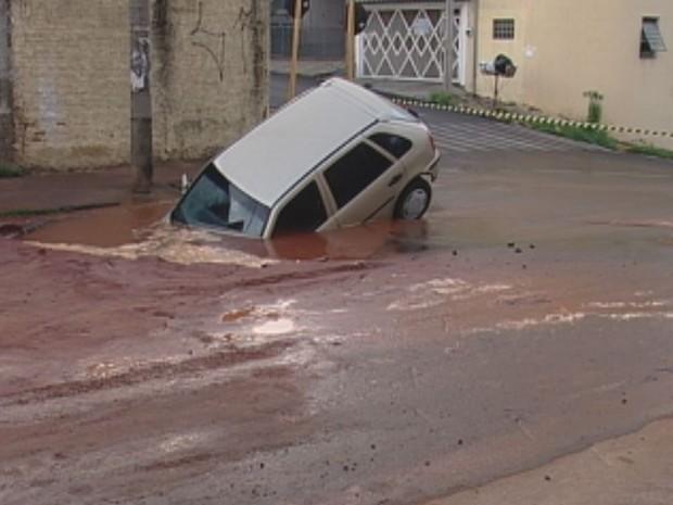 Asfalto cedeu qando o motorista passava pela rua na manhã de hoje  (Foto: Reprodução / TV TEM)