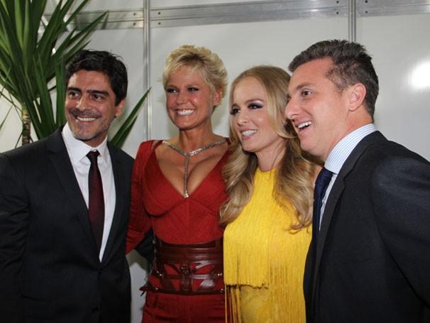 Encontro especial: Xuxa e seu namorado posam ao lado do casal Angélica e Luciano Huck (Foto: Divulgação/TV Globo)