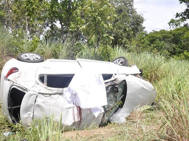 Veículo bateu em um barranco e capotou (Foto: Jéssica Moreira/G1 MT)