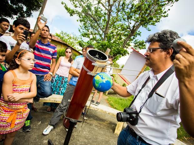 Várias crianças foram até o observatório e observaram o eclipse (Foto: Jonathan Lins/G1)
