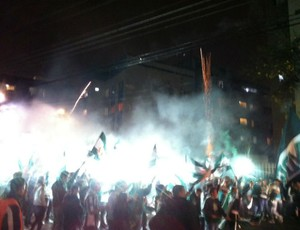 Chegada da delegação do Coritiba, com Green Hell verde (Foto: Gabriel Hamilko / GloboEsporte.com)