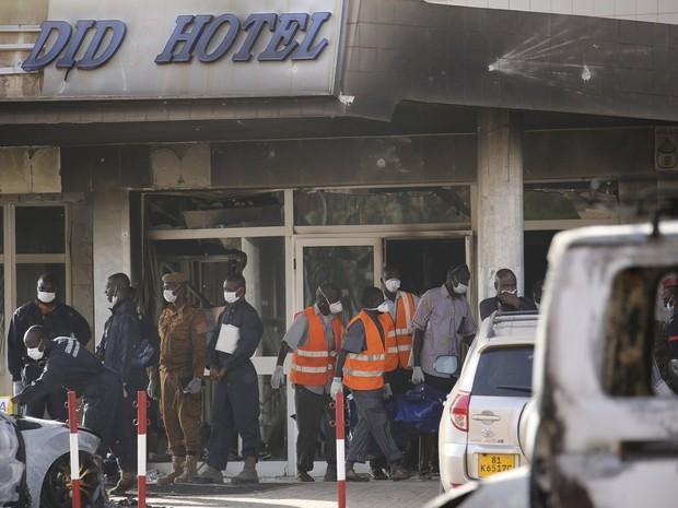 Equipe retira corpos de hotel que foi alvo de ataque terrorista em Burkina Faso (Foto:  REUTERS/Joe Penney )