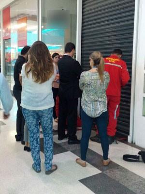 Mulher contou à reportagem que se preparava para abrir a loja quando ficou no escuro dentro da loja (Foto: Marina Barbosa/G1)