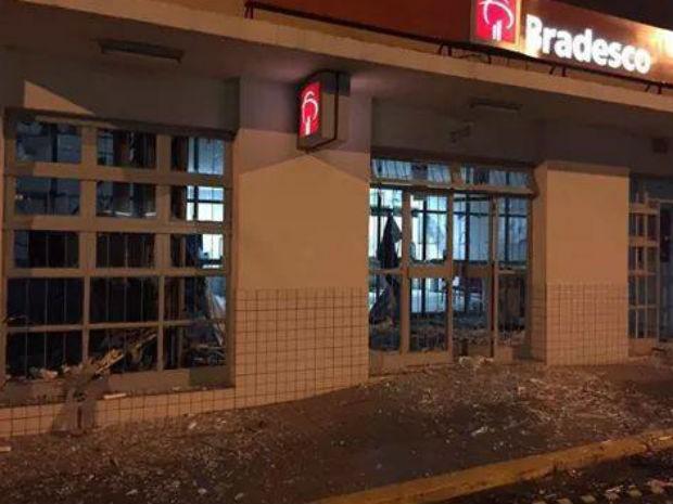Agências bancárias foram invadidas e caixas explodidos (Foto: Hélder Almeida)