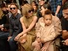 Kim Kardashian leva a filha e usa decotão em desfile de Kanye West