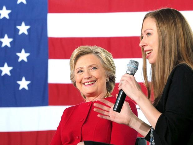 Chelsea Clinton fala em um evento de campanha da mãe; filha foi alvo de críticas de assessor (Foto: Reuters/Brian Snyder)