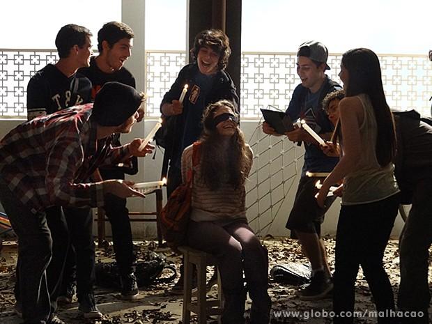 Micaela é humilhada pelo grupo, enquanto um dos meninos grava tudo (Foto: Malhação / TV Globo)