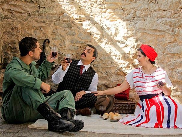 O soldado Zapo recebe a visita dos pais em meio ao campo de batalha (Foto: Janderson Pires)