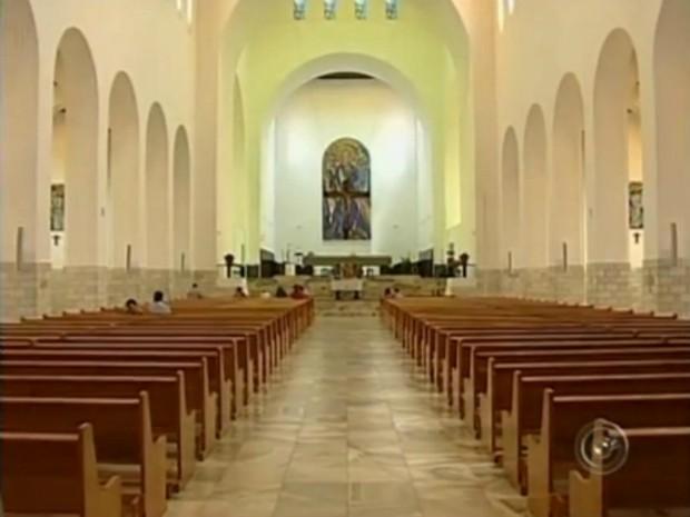 Igreja da abadia têm arquitetura em estilo moderno (Foto: Reprodução/TV TEM)