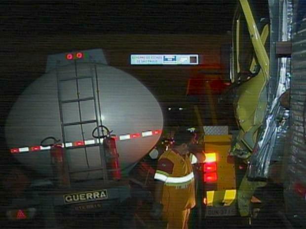 Caminhão de motorista que perdeu o controle estava vazio. (Foto: Reprodução/TV Tem)