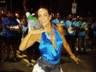 Carla Prata usa blusa decotada em ensaio na orla do Rio