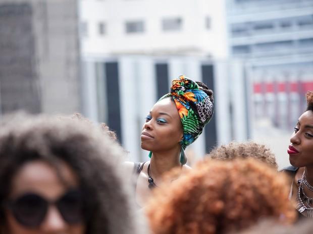 Mulheres se reúnem no vão do Masp, na Avenida Paulista, para a Marcha do Orgulho Crespo (Foto: Kevin David/A7 Press/Estadão Conteúdo)
