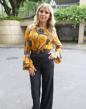 Louise usou look elegante em gravação do 'Caldeirão' (Foto: Talita Mendes / Gshow)