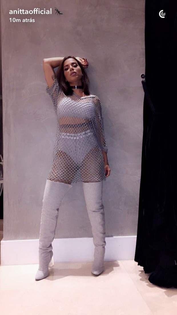 4419e7583 EGO - Anitta surge com figurino sensual para se apresentar em ...