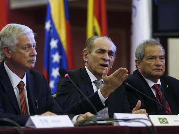 Ministro da Saúde Marcelo Castro (centro) durante reunião em Montevidéu (Foto: Reuters/Andres Stapff)
