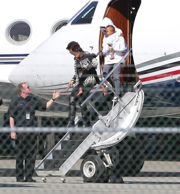 Kim Kardashian com os filhos e a mãe, Kris Jenner, chegando em LA (Foto: X17 / Agência)