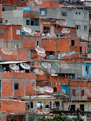 SOMOS POBRES Favela de Paraíso, em São Paulo. Se a referência for a classe C, dois terços dos moradores de favelas são de classe média (Foto: Raimundo Pacco/Folhapress)