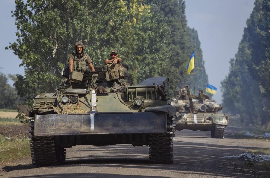 Tanques do governo ucraniano avançam no leste do país, na região de Donetsk, onde o Exército da Ucrânia enfrenta separatistas pró-Rússia