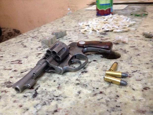 Arma estava escondida em um matagal (Foto: Valdivan Veloso/G1)