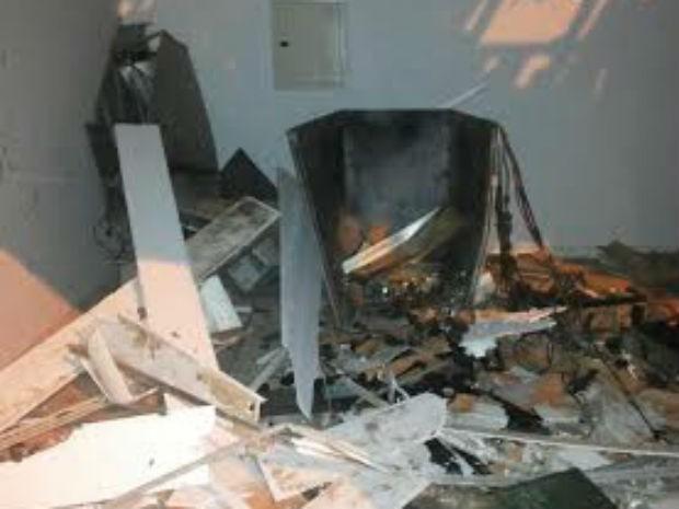 Quadrilha destrói terminais de auto-atendimento em Lafaiete Coutinho, na Bahia (Foto: Josafá Oliveira/Site:Jequié Reporter)