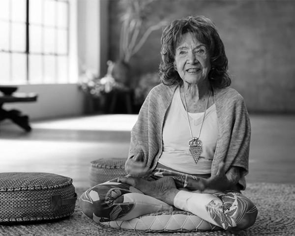 Tao Porchon-Lynch dá aula de ioga aos 98 anos (Foto: Reprodução)