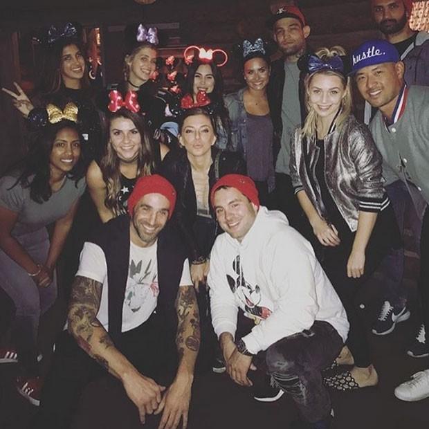Guilherme 'Bomba' e Demi Lovato com amigos na Disneylândia, em Anaheim, na Califórnia, nos Estados Unidos (Foto: Instagram/ Reprodução)