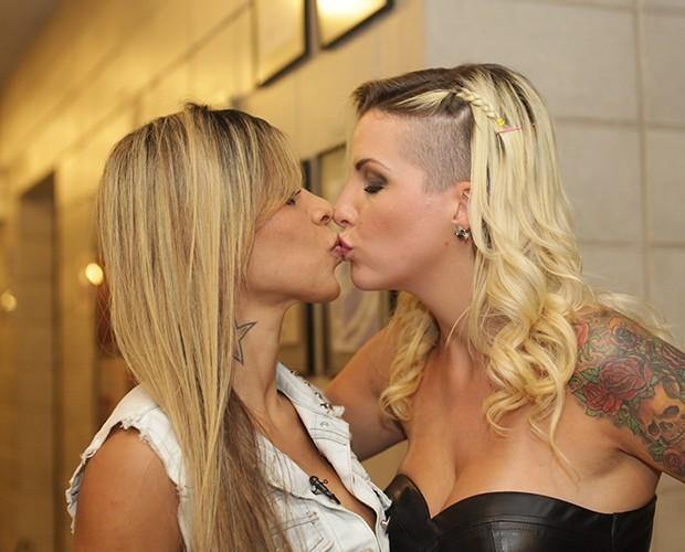 Clara e Vanessa dão um selinho nos corredores do Projac (Foto: Dafne Bastos / TV Globo)